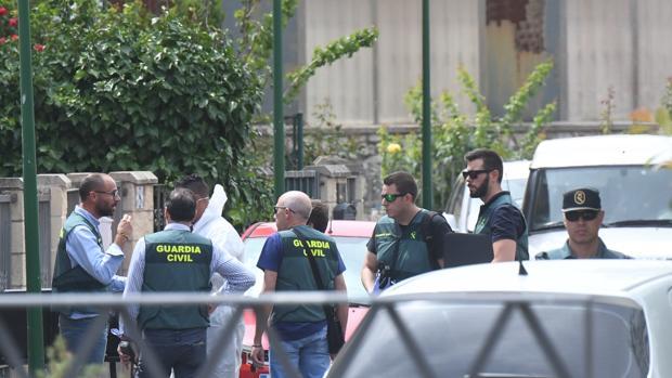 Agentes de la Guardia Civil, junto al domicilio en el que se produjeron los disparos