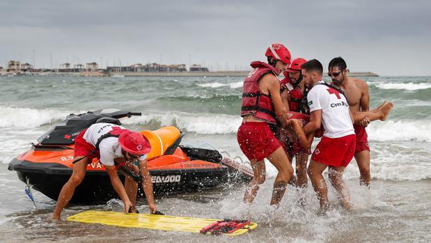 Imagen de un simulacro de rescate a un bañista en la playa de Pinedo de Valencia