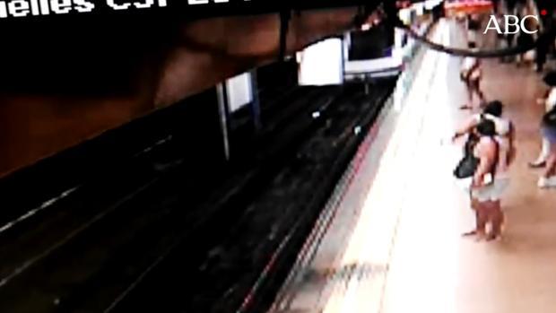 Momento en el que un individuo tira a otro hombre a las vías del tren
