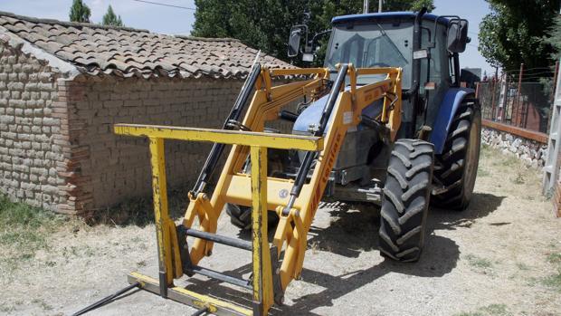 Tractor con una pala, en una imagen de archivo