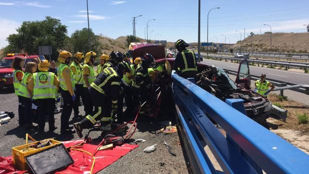 Bomberos rescatan a las niñas atrapadas en el interior del vehículo tras el accidente