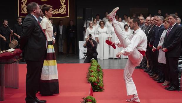 El acto incluyó un aurresku de honor a la nueva presidenta