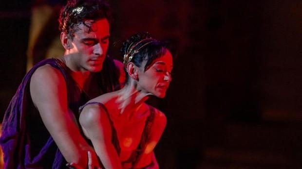 Mariano Cardano y Lucía Lacarra representando la obra Antígona en el 65 Festival de Mérida