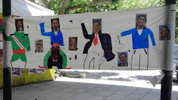 La pancarta colocada este año en Echarri Aranaz para que lancen objetos contra ella