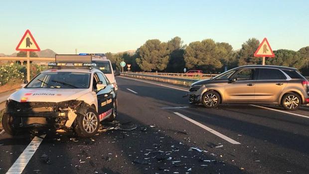 El coche accidentado y un vehículo policial