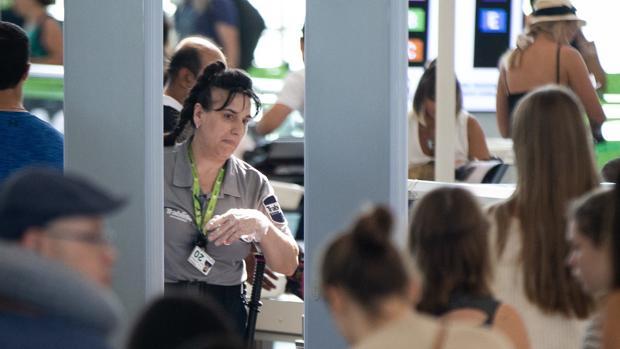 Imagen de una vigilante de seguridad de Trablisa en el Aeropuerto de Barcelona - El Prat