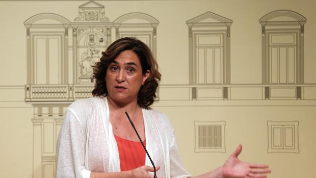 La alcaldesa de Barcelona, Ada Colau, durante la rueda de prensa ofrecida a los medios de comunicación tras reunirse hoy con el presidente de la Generalitat, Quim Torra, el 30 de julio