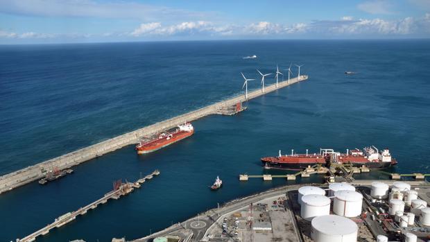 Imagen de los aerogeneradores del puerto de Bilbao como los que instalará la terminal de Valencia