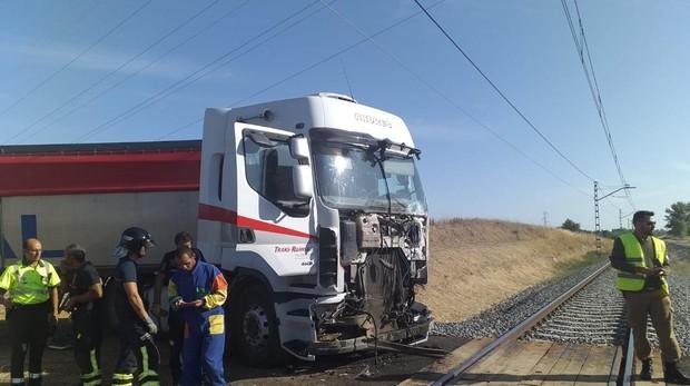 Así quedó el camión con el que chocó el Alvia en el término de Husillos (Palencia)