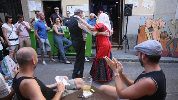 Una pareja bailando chotis en las fiestas de La Paloma en una imagen de archivo