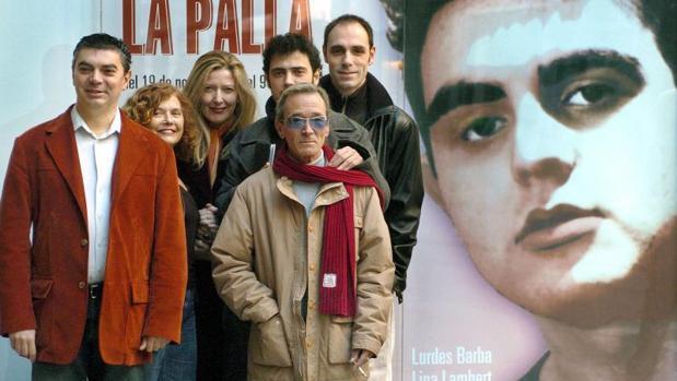 Pirondello (derecha), junto a otros actores y profesionales de la obra «El pes de la palla», de una obra de Terenci Moix