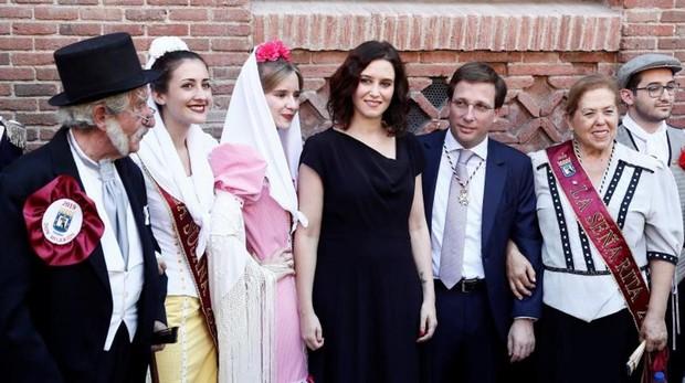La presidenta Isabel Díaz Ayusoy el alcalde de la capital José Luis Martínez-Almeida, ayer, en las fiestas de La Paloma
