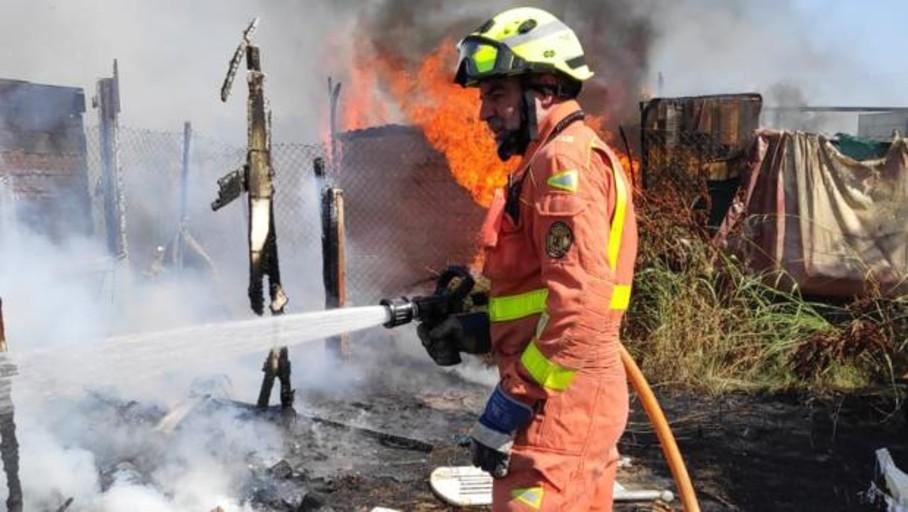 Mueren dos perros y cuatro vehículos calcinados en un incendio en Palma de Gandia