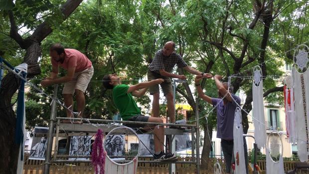 Vecinos de Gràcia reconstruyen las decoraciones perjudicadas