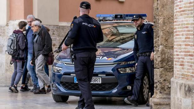 Dos policías nacionales durante una intervención en Valencia
