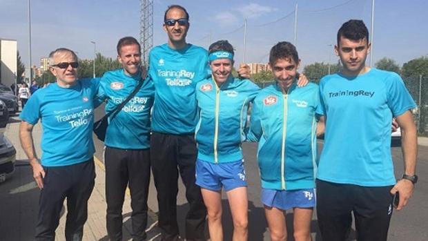 Julio Vicente Rey (a la izquierda), con algunos atletas de TrainningRey, entre ellos sus dos hijos