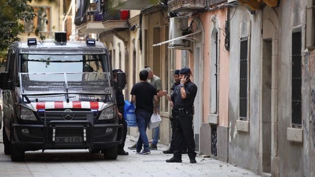 Agentes de los Mossos d'Esquadra en una operación en Barcelona