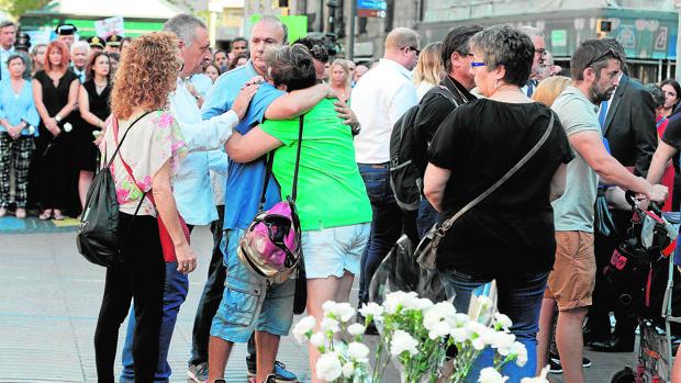 Familiares y víctimas de los atentados, durante el segundo aniversario de la matanza en Barcelona