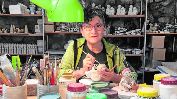 Pilar Tirados es una ceramista de Coladilla, en León