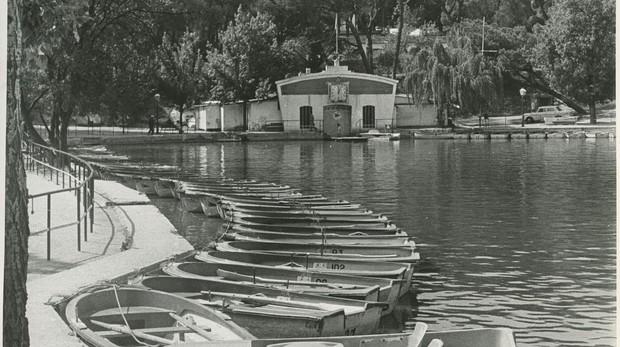 Vista de las barcas en el lago de la Casa de Campo, en 1975