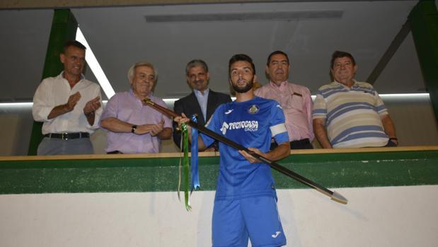 El presidente del CD Toledo y los concejales Del Pino y Gamarra tras la entrega del trofeo a l capitán Alba, del Getafe