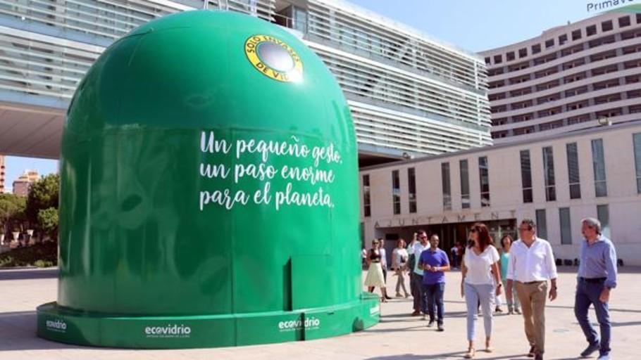 El contenedor más grande el mundo para felicitar al pueblo que más recicla de España