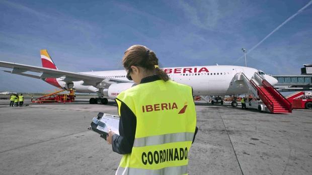 Imagen de archivo de una trabajadora de tierra de Iberia