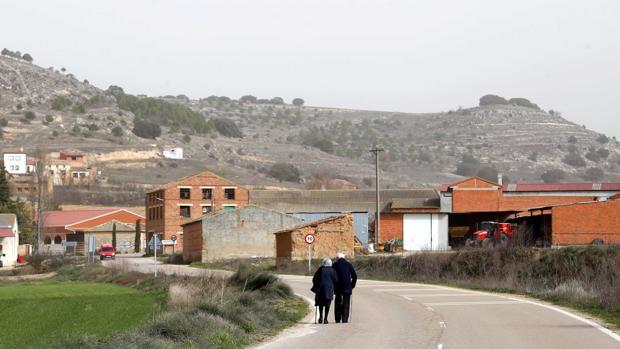 Pareja de personas mayores paseando por la carretera de Valdearcos de la Vega (Valladolid)
