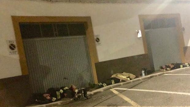 Bomberos que trabajan en el incendio de Gran Canaria duermen en la calle