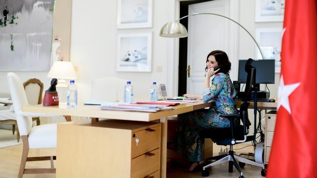 La presidenta Díaz Ayuso, trabajando en su despacho durante su primera jornada en Sol