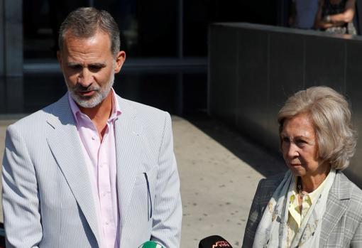 El Rey la Reina Doña Sofía compareciendo ante los medios después de su salida del Hospital Quirón