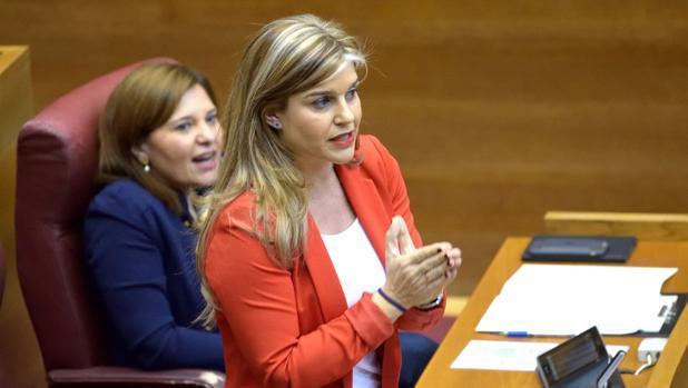 Eva Ortiz en les Corts Valencianes junto a la presidenta del PPCV, Isabel Bonig