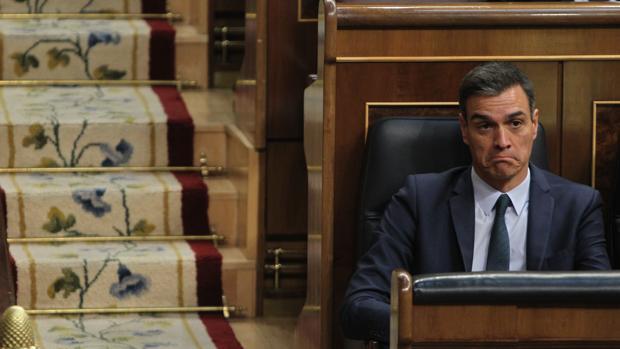 El presidente en funciones escucha a sus rivales políticos en el debate de la investidura fallida de julio