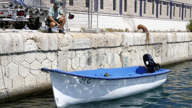 Imagen de archivo de una patera en la costa de Alicante
