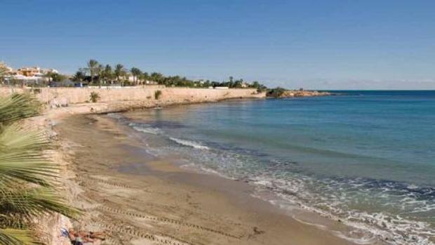 Vista de la playa Punta Prima con la zona de acantilados donde había caído el hombre al fondo