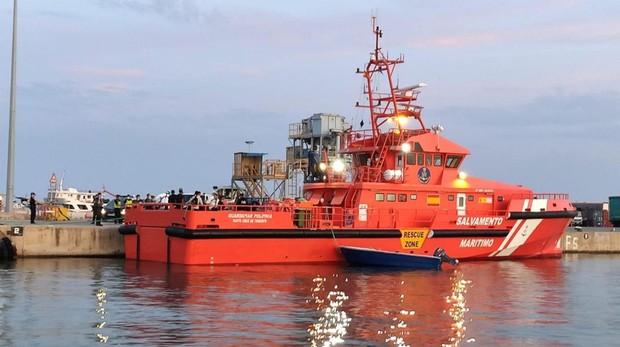 Imagen de un barco de Salvamento Marítimo este miércoles en el puerto de Ibiza