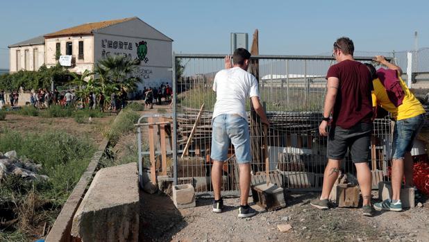 Imagen de varios jóvenes levantando una barricada en las inmediaciones del Forn de Barraca