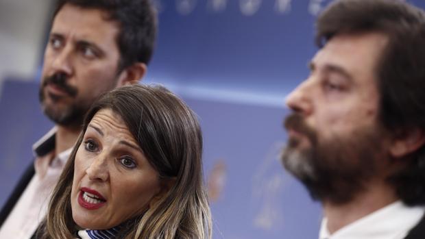 Los dirigentes de Podemos Yolanda Díaz, Rafa Mayoral (d) y Antonio Gómez-Reino Varela, durante la rueda de prensa