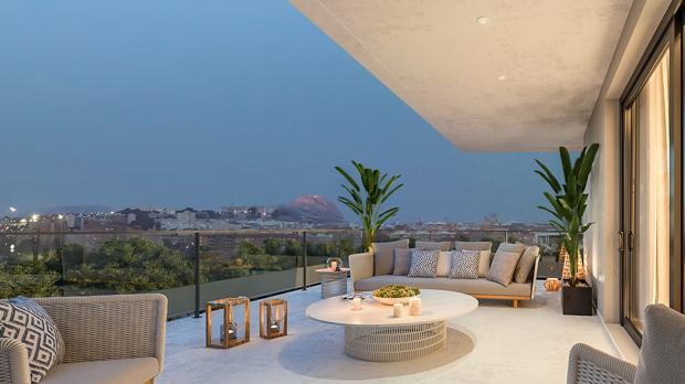 Terraza de una de las viviendas, con vistas panorámicas de la ciudad de Alicante