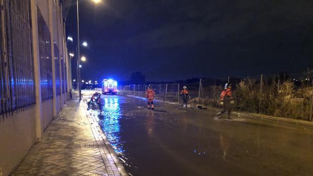 Los bomberos de Fuenlabrada, controlando el estado de una vía en la localidad