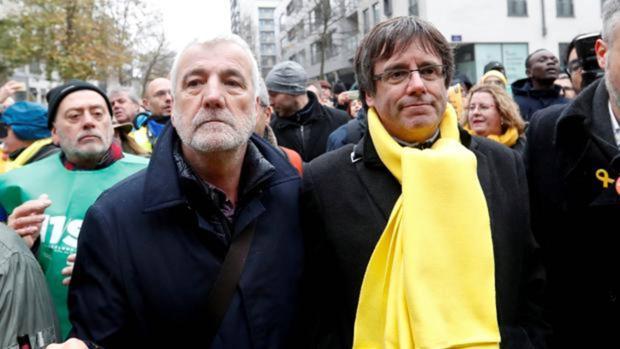 Matamala junto a Puigdemont en una manifestación en Bruselas