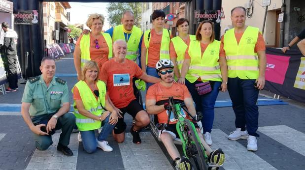 Román, en su «handbike», junto con varios voluntarios y el coronel de la Guardia Civil Gabriel Llamazares