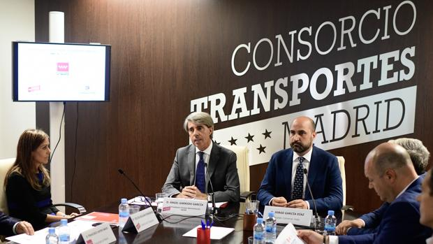 Silvia Roldán, gerente del Consorcio, en la foto junto al consejero de Transportes, Ángel Garrido