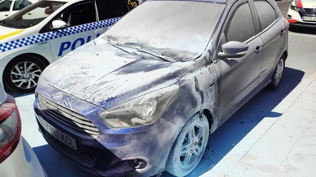Uno de los coches que intentó quemar el pirómano en San Blas