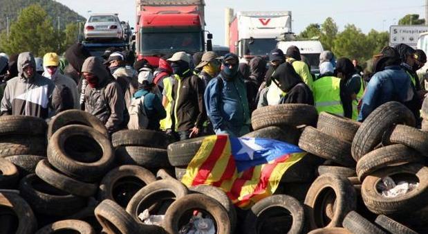 Independentistas catalanes en un corte de carretera