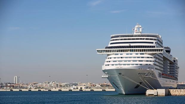 Imagen de archivo de un crucero atracado en el puerto de Valencia