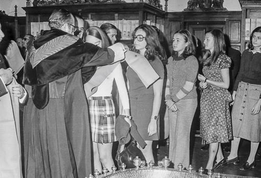 Imposición de becas a alumnas de Filosofía y Letras en 1969