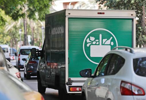 Imagen de un camión de reparto de Mercadona tomada en Valencia