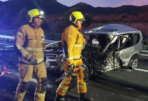 Imagen de los bomberos junto a uno de los coches siniestrados