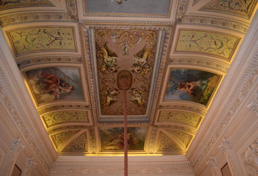 El techo de la escalera se decoró con pinturas neo pomepeyanas y escelnas mitológicas